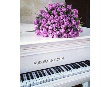 Diamond Embroidery/ Diamond Painting - Roses on a piano
