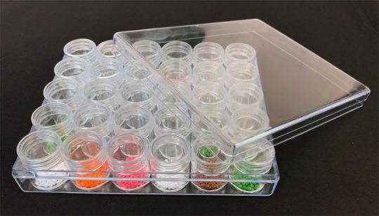 Klarsichtbox mit komplett abnehmbaren Deckel befüllt mit 30 einzelnen Dosen mit Schraubdeckel